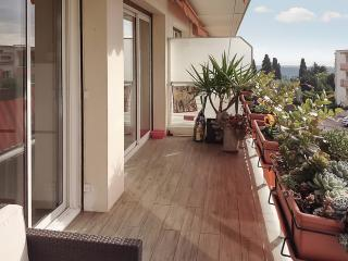 """Le Matisse"" - sleek apartment in Vence on the French Riviera, with terrace, WiFi and sea view - Vence vacation rentals"