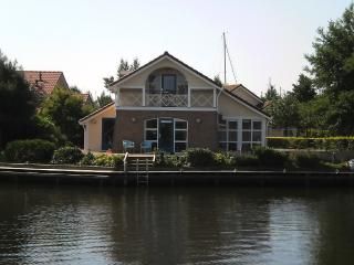 Semi-Bungalow Waterlelie a/t waterfront,launchboat - Workum vacation rentals