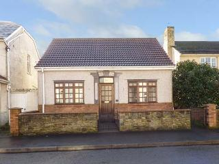 SWN-Y-MOR, detached, pet-friendly, freestanding bath, near beaches, in Pembrey, Ref 917306 - Saint Clears vacation rentals