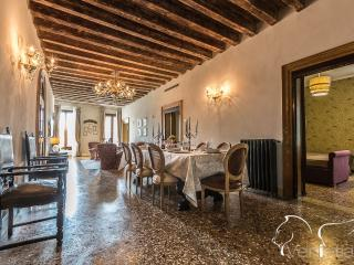 Palazzina Canal - Palazzina Canal is a large apartment with 5 bedrooms that can comfortably host up to10 persons. The apartment  - Veneto - Venice vacation rentals