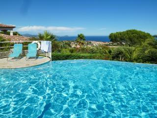 Stunning 6-bedroom villa in Fréjus, on the French Riviera, with infinity pool and sea views - frejus vacation rentals