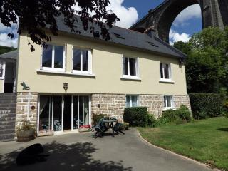 Lovely spacious house overlooking the River Aulne - Port-Launay vacation rentals