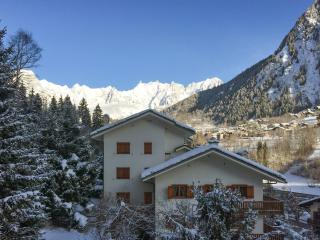 Spacious flat in the spa town of Pre Saint Didier, Valle d'Aosta, w/ 3 bedrooms and mountain views - Pre-Saint-Didier vacation rentals