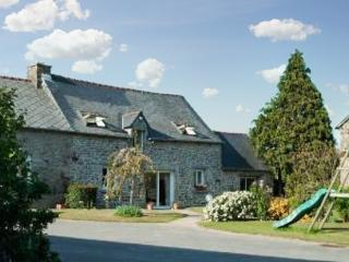 Spacious and charming house in the heart of the Côtes-d'Armor, Brittany, with 5 bedrooms and garden - Rohan vacation rentals