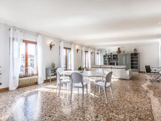 Ca' delle Perle - Large, luxury and very bright apartment on the Canal Grande - Venice vacation rentals