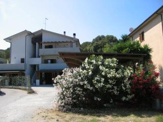 Grazioso appartamento con posto auto privato - Porto Azzurro vacation rentals