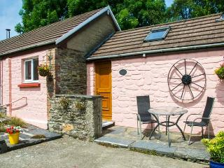 THE STABLE, single-storey, woodburner, shared use of swimming pool, romantic base, near Cardigan, Ref 920312 - Cardigan vacation rentals
