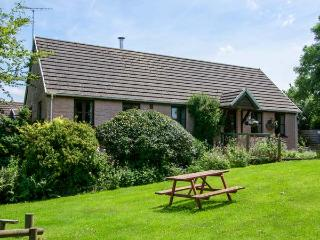 THE WHEEL, detached, single-storey, woodburner, en-suite, swimming pool on-site, near Cardigan, Ref 920388 - Newport Sands vacation rentals