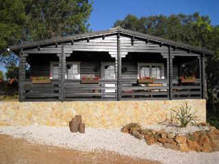 Luxurious wooden lodge in central Algarve, Portugal, with Jacuzzi, garden & breath-taking views - Moura vacation rentals