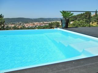 Stunning villa in the Var, Provence, with infinity pool and spectacular mountain views - Draguignan vacation rentals