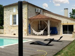 """Au Bouy"" - spacious 4-bedroom house in Lot-et-Garonne with WiFi, garden and private pool - Monsempron-Libos vacation rentals"