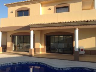 Detached villa, pool, a/c, bbq, free wi-fi, - Armação de Pêra vacation rentals