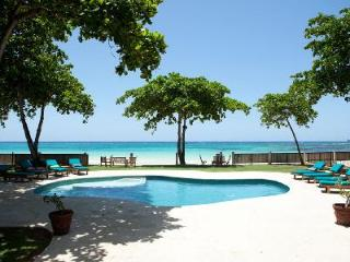 Malatai- enjoy watersports on white sand beach, pool- jetted tub, gym & full staff - Ocho Rios vacation rentals