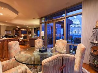 Perched high on the Capitol Square rests an elegant city residence. - Madison vacation rentals