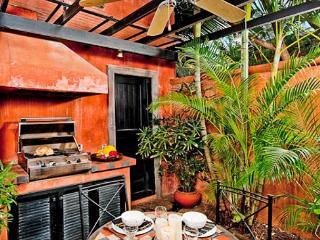 Enchanting villa- cable, internet, across from beach, private pool, a/c - Marbella vacation rentals