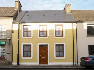 TEACH NA TAILLIURA, mid-terrace, en-suites, wheelchair-friendly, WiFi, in Louisburgh, Ref 921117 - Louisburgh vacation rentals