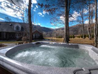 LOOK!!!GORGEOUS HOME. 4 KING, HOT-TUB, POOL TABLE - Spruce Pine vacation rentals