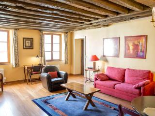 Rue du Temple. Spacious 1 bedroom in the Marais. Classical and peaceful. - 3rd Arrondissement Temple vacation rentals