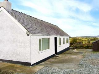 CERRIG-YR-EIRIN, detached bungalow with WiFi, lawned meadow garden, rural location, in Llanfechell, Ref 915888  Ref 915888 - Island of Anglesey vacation rentals