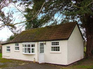 THE COTTAGE, pet friendly, country holiday cottage, with a garden in Kinnersley, Ref 919786 - Pembridge vacation rentals