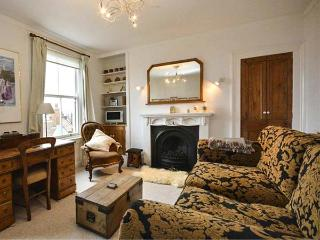 SALT BOX COTTAGE, Victorian terraced, five minutes from sea front, WiFi, enclosed courtyard, Ref 921648 - Scarborough vacation rentals