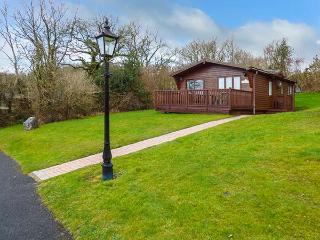 HOMELEIGH, log cabin, enclosed deck area, parking, near Narbeth, Ref 921889 - Pembrokeshire vacation rentals