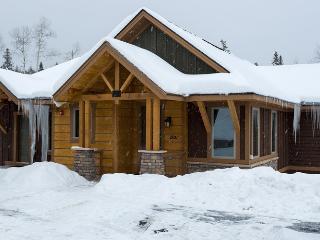 Antler Chalet | 4 Bedrooms | Hot Tub | Sleeps 12 - World vacation rentals