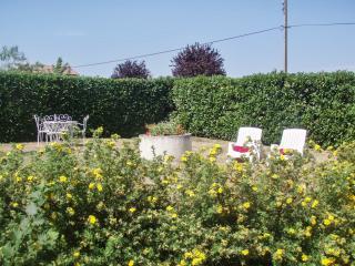 """""""La Petite Eau"""" – Romantic gîte in Puy-de-Dome, Auvergne, with garden and mountain views - Lavoute-Chilhac vacation rentals"""