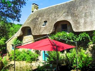 Elegant thatched cottage in Morbihan, Brittany, w/ 3 bedrooms & lush garden - near Carnac Megaliths - Lorient vacation rentals