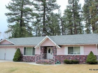 Hummingbird Home: Den, Garage, Fenced Yard - City of Big Bear Lake vacation rentals