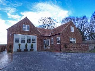 CALL OUT COTTAGE, conversion from a former fire station, en-suites, walks from the door, in Sledmere, near Driffield, Ref. 24303 - Sledmere vacation rentals