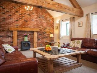 TISSINGTON FORD BARN, all ground floor barn conversion, en-suites, off road parking, patio, in Tissington, Ref 29482 - Hollington vacation rentals