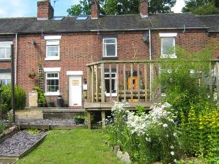 DAISY COTTAGE, woodburner, canal views, pub within walking distance, walks and cycle routes all around, near Leek, Ref 915212 - Cheddleton vacation rentals