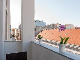 Budapesting's Basilica Balcony Apartment 2Be/2Ba - Budapest vacation rentals