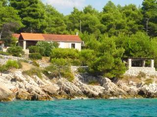 Holiday cottage - Salbunara, Satellite wifi - Cove Makarac (Milna) vacation rentals
