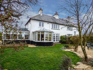 GRANGE FARM COTTAGE, garden, woodburning stoves, pet-friendly, WiFi, in Sutton Bridge, Ref 920862 - Sutton Bridge vacation rentals