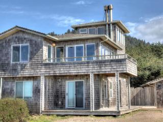 Sea Palace! Ocean Front in Yachats with a Hot Tub! - Yachats vacation rentals