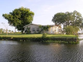 Moorhaven.  Lake and Riverfront Fishing Paradise , Sleeps 6 - Moore Haven vacation rentals