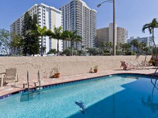 Darling 2/2 for 6 Guests 2 mins to Beach w Heated Pool, Parking, WIFI incl - Fort Lauderdale vacation rentals