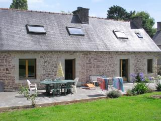 In the Cotes-d'Armor, Brittany, beautiful stone house with a 6000 m2 garden, close to the sea - Plehedel vacation rentals