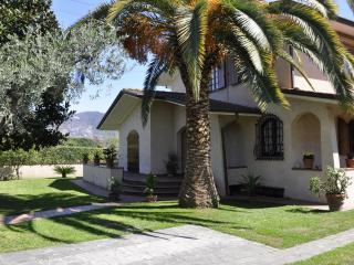 BEAUTIFUL VILLA WITH LUSH GARDEN - FORTE DEI MARMI - Forte Dei Marmi vacation rentals