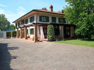 Villa Gloria 2km from the beach.Garden and veranda - Forte Dei Marmi vacation rentals