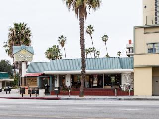 SANTA MONICA: 2BR Walk to the Beach, Pier and Shopping! FREE Parking & WIFI - Santa Monica vacation rentals