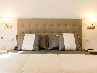 Domus Albae Rose 1, suites jewels @ Spanish Steps - Rome vacation rentals