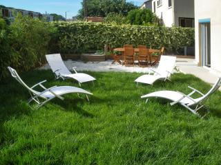 Modern villa in Montpellier with spacious terrace and fenced garden, 15mins from golf & beach - Montpellier vacation rentals