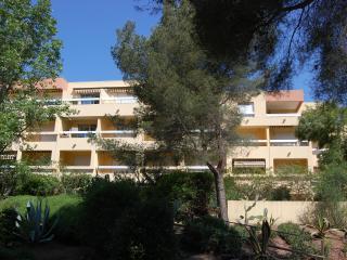 Bright Saint-Raphael apartment with balcony, sleeps 4 - 150m from the beach! - Saint Raphaël vacation rentals