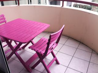 Modern and stylish apartment in the heart of Hendaye, near Biarritz, with balcony – sleeps 4 - Hendaye vacation rentals
