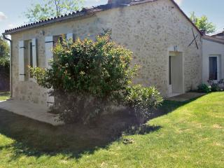 Ultra-modern village house near vineyards and chateaux, with garden and WiFi – sleeps 4 - Barsac vacation rentals