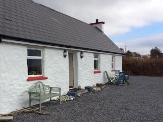 LITTLE IRISH COTTAGE DONEGAL IRELAND no extra fees - Narin vacation rentals