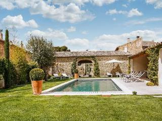Excellent Gated Family-Friendly Village House Les 2 Maisons with Heated Pool & Alfresco Dining - Oppede vacation rentals
